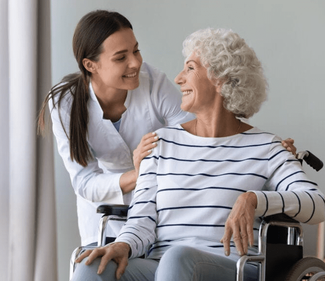 plejepersonale krammer beboer i kørestol